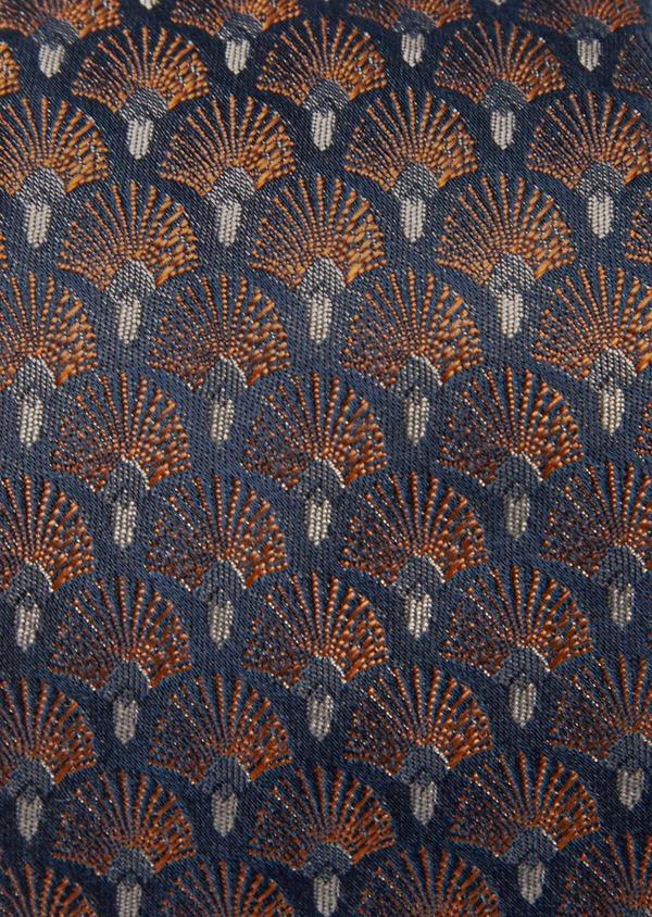 Cravate fine en soie bleu foncé à motifs plumes roses cuivrées - Father and Sons 41138