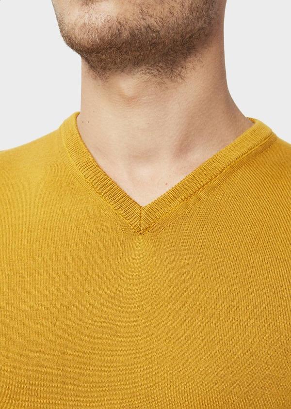 Pull en laine Mérinos mélangée col V uni jaune moutarde - Father and Sons 36510